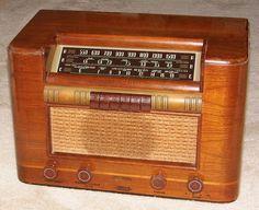 Vintage RCA Wood Table Radio, Model 18T, Broadcast Plus 2 SW Bands, 8 Tubes, Circa 1940.