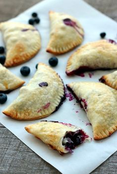Weight Watchers Recipes Discover Easy Blueberry Hand Pies A flaky crispy crust on the outside and warm blueberries spilling with their juices inside - definitely a keeper and a quick fix for afternoon tea. Just Desserts, Dessert Recipes, Mini Desserts, Finger Food Desserts, Plated Desserts, Fried Pies, Tasty, Yummy Food, Afternoon Tea