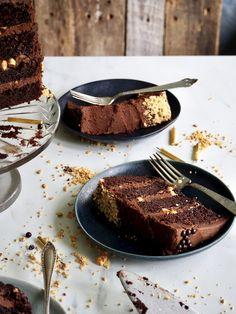 Sjokoladekake med karamell og peanøtter Chocolate Cake, Panna Cotta, Muffins, Ethnic Recipes, Desserts, Cakes, Food, Chicolate Cake, Tailgate Desserts