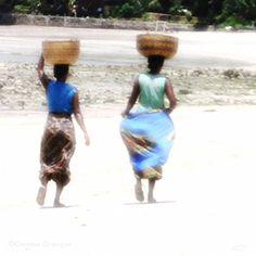 les marcheuses, ©Corinne Granger, Nosy Be, Madagascar