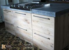 KOAK DESIGN - Massief houten keuken - Whitewash opgeruwd - keukenblad donker beton. #IKEAKITCHEN