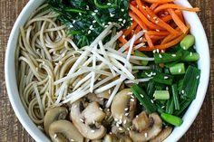 sopa asiatica macarrão legumes.