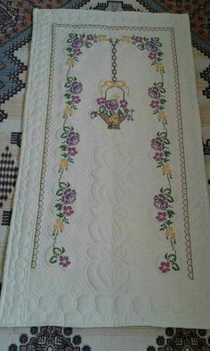 This Pin was discovered by Bes Prayer Rug, Hand Embroidery Stitches, Bohemian Rug, Diy And Crafts, Prayers, Bb, Slippers, Cross Stitch Borders, Scrappy Quilts