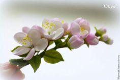 Купить или заказать веточка с цветами яблони на зажиме в интернет-магазине на Ярмарке Мастеров. Веточка с цветами яблони закреплена на зажим. Всё цветочки, листочки, бутоны, слеплены мной из японской глины. ------ длина 8,5 см, цветы от 2 до 3 см ******** Всё в бело-розовых цветах, Мир жизни яблоневого цвета, Рай наяву, а не в мечтах, Пейзаж – находка для поэта. Прекрасна яблоня в цвету, Стоит невинно в платье белом, В мир излучая красоту, Сияет яблоневым снегом.