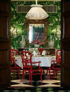 New York Interior Designer Laurel Bern hi-lights the Hollywood Regency Style of decorating with many images incorporating it's varied elements and colors