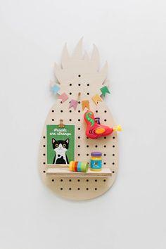 Panneau perforé en forme d'ananas // Wood Pegboard in shape of pineapple I Little anana Wood Pen Holder, Pen Holders, Jute Crafts, Diy Crafts, Wood And Metal, Metallica, Shelving, Pineapple, Create Yourself