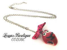 Collier M&M's Kawaii Ce collier est constitué d'un M&M's kawaii en fimo avec un petit noeud en tissu, le tout monté sur une chaine en bronze.   Chaine d'extension inclus. Fermoir mousqueton inclus. Dimension: 58 cm