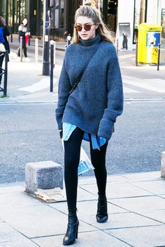 Gigi Hadid Masters The Art Of Casual Layering For Winter (Le Fashion) - Winter Street Style Estilo Gigi Hadid, Gigi Hadid Style, Gigi Hadid Fashion, Gigi Hadid Jeans, Gigi Hadid Casual, Gigi Hadid Hair, Gigi Hadid Outfits, Oversized Sweater Outfit, Sweater Outfits