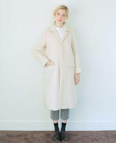 軽量化してあるロングのチェスターコート。比翼仕立てのボタン掛けもあり、できるだけデザインをシンプルにした上品なアイテムです。うしろスリットも女性らしくて素敵。      【素材】wool 100%  【洗濯】タンブル乾燥不可   【カラー】white / navy  【サイズ】S / M   【モデル】Lidia  T170 B78 W60 H87 着用サイズ:S