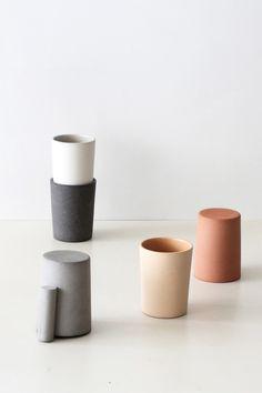 La hanse d'une tasse est l'élément-clé de l'objet, mais aussi la pièce qui, une fois l'utilisation terminée devient parfois un obstacle au rangement. Dans cet état d'esprit qui se veut pratique, efficace et agréable, on retrouve un objet décliné en deux modèles. Il existe bel et bien deux manières de se saisir d'une tasse de café, et pour ravir chaque écoles, la réalisation de Akiko Oue répond à ses deux formes d'utilisations.