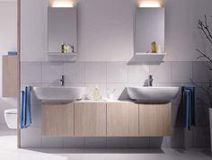 Moderní design, který rozsvítí každou koupelnu. Široká umyvadla s komfortní hloubkou a velkory sými odkládacími plochami. Koupelnový nábytek bílé barvy ve vysokém lesku,