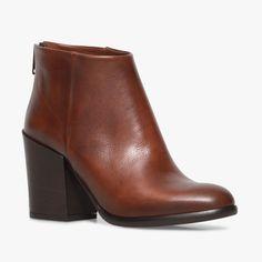 Boots talon marron en cuir Un boots très minimaliste par sa forme mais avec un talon épais et donc très stable et une jolie fermeture à l'arrière du pied. Talon : 9 cm.  •#SHOESINMYLIFE On peut l'associer avec toutes nos tenues du quotidien. •Prendre votre pointure habituelle