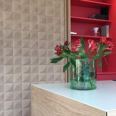 Dekorativ kork vegg med 3D tekstur skaper et stilig uttrykk på veggen og forbedrer akustikk. Modellen Peak egner seg fint som kontrastvegg, todelt vegg etc. Glass Vase, Wall, Design, Home Decor, Decoration Home, Room Decor, Walls, Home Interior Design