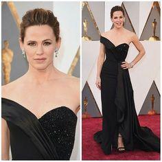 Pretinho nada básico! Jennifer Garner chega ao #Oscar com um longo preto de um ombro só da @versace_official.  Aprovada? #redcarpet #Oscar2016