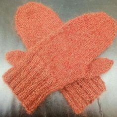 Woollen mittens in a warm copper colour and with a golden shimmer. To keep your hands warm and cozy this coming winter.