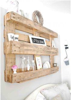 Une étagère en palette de bois
