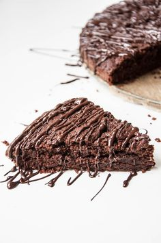 Chocolate Olive Oil Cake Recipe , A dark chocolate lovers dream! + A GIVEAWAY! | VeganFamilyRecipes.com | #dessert #vegan #clean eating #chocolate drizzle