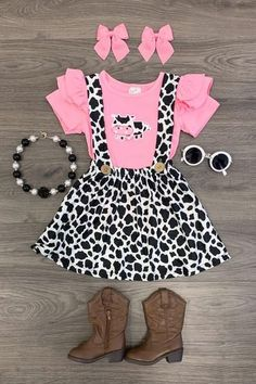 Pink Cow Suspender Skirt Set minus the necklace Cow Birthday Parties, Farm Birthday, Birthday Ideas, Cowgirl Birthday, Outfits Niños, Kids Outfits, Baby Girl Fashion, Kids Fashion, Pink Cow