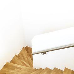 Guten Morgen !  #gutenmorgen #buongiorno #goodmorning  #derfrühevogel #upstairs #whiteliving #allwhite #holz #parkett #eiche #simple #simplicity #solebich #wohnkonfetti #germaninteriorbloggers #flur #treppenhaus #ichmagsschlicht #schlicht #clean #minimal #minimalism #design #pure #immyandindi #interior7 #interior4all #interiorinspiration #stairs #whitehome