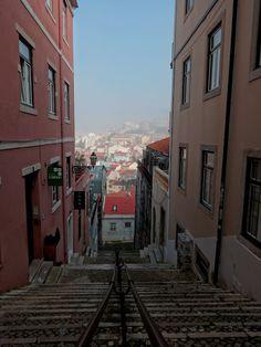 Rannalla lähes autiolla -blogistani. Ihana Alfaman kaupunginosa oli kotimme Lissabonissa.  Alfama, Lisbon. Highly recommended.