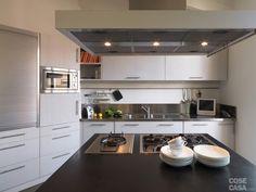 La composizione della cucina, realizzata su disegno, si articola in più blocchi distinti, distribuiti in modo da occupare tutte le porzioni di pareti disponibili, compresa quella obliqua. #cucina #kitchen