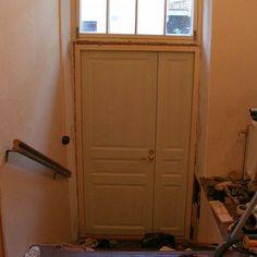 17 - Talon 1980-luvun paneeliulko-ovi korvattiin uudella puusepän valmistamalla ulko-ovella, jonka malli otettiin entisen käytävän vasikkaovesta. Ovi pintakäsiteltiin perinteisen mallin mukaisesti Allbäckin pellavaöljymaalilla, tässä ovi ja karmit vielä pohjamaalauksella. Talon alkuperäiset pariovet löytyivät ulkovarastosta, jossa 1980-luvun remontissa niistä oli tehty näppärät hyllyt keskeltä katkaisemalla. Ilmeisestikin tätä tarkoitetaan kun asuntoilmoituksissa kerrotaan asunnon olevan…
