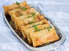 Frasiga och goda smördegspiroger med fetaost, spenat och soltorkad tomat. Lika goda att avnjutas kalla som varma. De är ett perfekt tillbehör på buffébordet eller att ta med på picknicken. Du kan byta ut soltorkad tomat mot champinjoner, paprika, majs eller något annat som du gillar. Jag serverar mina piroger med sallad och örtyoghurt, gott! 10 st smördegspiroger med fetaost och spenat 10 st små smördegsplattor (finns i frysdisken i de flesta mataffärer) 1 lök 150 g färsk bladspenat 150…