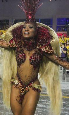 7.fev.2016 -Musa do Império de Casa Verde puxa o samba-enredo durante o desfile da escola de samba na madrugada deste domingo