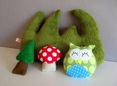 Mobile fait main en feutrine et polaire sur le thème de la forêt , avec des petits personnages : champignon, zozio , hibou, et hérisson ...