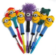 Back To School ● How to crochet a Pencil holder Crochet Gifts, Cute Crochet, Crochet For Kids, Crochet Toys, Knit Crochet, Minions, Minion Crochet Patterns, Pen Toppers, Crochet Bookmarks