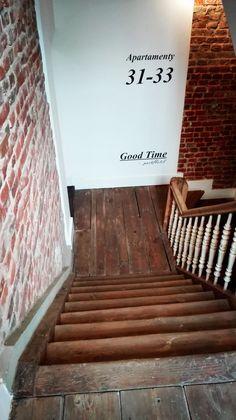 W części Aparthotel do pokoi prowadzą oryginalne, drewniane schody.