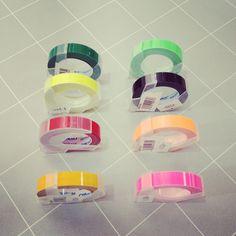 【ダイモ】専用テープ各色¥285/昔ながらのダイモを使ってアクセント。蛍光色も加わって、用途が広がります。