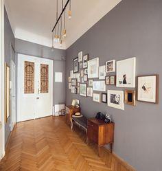 pareti grigie e cornice bianca e parquet mielato