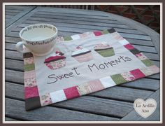 El individual de Cristina (@AtheneaBlue) Mug Rug Patterns, Rug Inspiration, Wool Embroidery, Quilted Table Runners, Quilted Bag, Mug Rugs, Quilting Tips, Hot Pads, Fabric Crafts