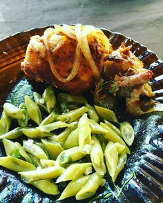 É comida de restaurante mas me senti em casa: vagem com carne de porco acebolada assada com a própria banha no fogão a lenha. Antes teve salada verde com hortaliças do local.  #comidadeverdade #comacomida #barrigadebacon #bichoeplanta #comasaudavel #dietasaudavel #lchf #lowcarb #lowcarbdiet #dietalowcarb #gopaleo #paleo #paleodiet #paleolifestyle #dietapaleo #paleobr #fatburn #fatburning #cavegirl #primal #primalblueprint #primalbrasil #eatclean #cleaneating #healthyeating #leangains…