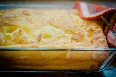 A darafelfújthoz hasonlóan készül, de nem búza-, hanem kukoricadara az alapja. Hozzávalók közepes jénai tálhoz 15 dkg kukoricadara 7 dl tej 10 dkg vaj 1 csomag vaníliás cukor 10-15 dkg cukor (ízlés szerint) 6 tojás 1 citrom reszelt héja csipetnyi só maréknyi mazsola vagy apróra vágott aszalt gyümölcs (elhagyható) Elkészítés A kukoricadarát a vaníliás cukorral ízesített tejben megfőzzük tejbegríz sűrűségőre. Ha elkészült, hozzáadjuk a vajat, a citromhéjat. A szétválasztott tojások sárgáját a…