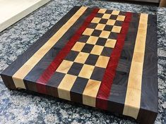 A checkered end-grain cutting board. End Grain Cutting Board, Diy Cutting Board, Wood Cutting Boards, Woodworking Projects That Sell, Custom Woodworking, Woodworking Projects Plans, Woodworking Videos, Teds Woodworking, Coaster Furniture