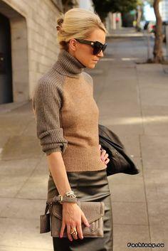 Провокация в тренде: кожаная юбка. Casual look - юбка-футляр идеально сочетается с водолазкой. В похожем комплекте можно поиграть с цветом - или юбка, или водолазка должны быть яркого насыщенного цвета. Следите, чтобы юбка хорошо сидела - сшитая точно по фигуре и на хорошей натуральной подкладке она никогда не будет сборить и задираться.