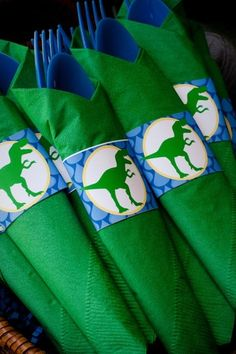 Maybe with the jurassic park logo instead? Birthday Party At Park, Dinosaur Birthday Party, 6th Birthday Parties, 4th Birthday, Birthday Ideas, Fête Jurassic Park, Party Ideas, Birthdays, Buenas Ideas