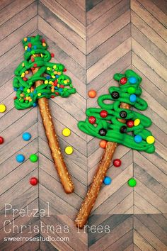 Pretzel Christmas Trees ~ so cute and easy. Pretzel Rods, green candy melts, mini M & M's, sprinkles! Perfect for a Christmas Party! Christmas Snacks, Christmas Cooking, Noel Christmas, Christmas Goodies, Christmas Candy, Holiday Treats, Winter Christmas, All Things Christmas, Holiday Fun