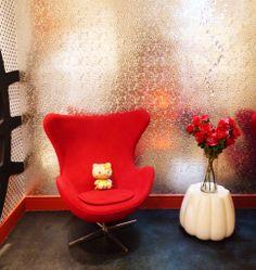 Casa Cor São Paulo 2014 - Projeto de Andrea Pontes | Atelier da Menina inspirado na Hello kitty. Na foto, cantinho com poltrona egg vermelha e papel de parede (?) com efeito metálico. Repare também no rodapé vermelho! #interiordesign #casacor #red