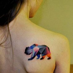 kadın sırtı geometirk renkli ayı dövmesi