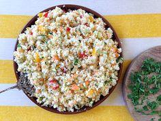 El tabulé es un plato de origen sirio muy típico en la cocina árabe. Es básicamente una ensalada vegetariana hecha con bulgur, cebolla, perejil, menta y jugo de limón. Como queremos que esta receta sea bien ligera para cenar y libre de gluten y cereales, sustituimos el bulgur por coliflor.