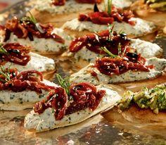 Die cremig-würzige Ricotta-Paste mit den Dörrtomaten und den Oliven entführt uns apéro-technisch direkt ans Mittelmeer.