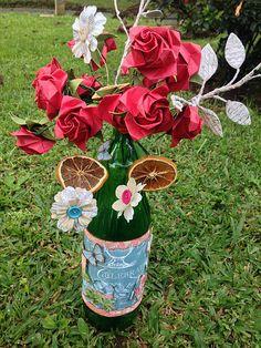 Projeto em mixed media, usando garrafa reciclada, flores de origami e decoração com papel de scrapbook