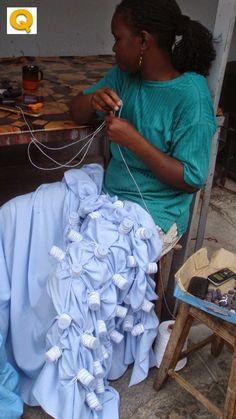 El Shibori es una técnica japonesa de teñido por reserva, en la cual dejamos zonas aisladas del baño de tintura mediante pliegues muy ajust...