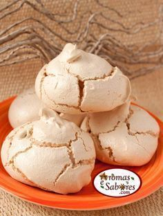de suspiro,crocante por fora e puxa puxa por dentro. Delicious Cookie Recipes, Yummy Cookies, Sweet Recipes, Dessert Recipes, Portuguese Desserts, Portuguese Recipes, Pavlova, Brazillian Food, Mini Desserts