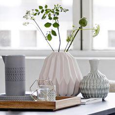 Vase en porcelaine rose pâle avec relief Bloomingville : Decoclico