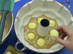 Do vrstvy těsta vložte zchladlé tvarohové koule, formu dolijte zbylým těstem a...
