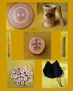 * 1 Tábua Rúnica - http://www.elo7.com.br/tabua-ou-placa-runica-para-leitura/dp/3EDBC3 <br> <br>* Pilão Mágico - http://www.elo7.com.br/pilao-magico/dp/3D8762 <br> <br>* Runas de Goiabeira 25 peças - http://www.elo7.com.br/runas-de-goiabeira/dp/2558C <br> <br>* Saquinho de Veludo para Oráculos - http://www.elo7.com.br/saquinho-para-oraculos-em-veludo/dp/1037F9 <br> <br>* Varinha Mágica Rúnica - http://www.elo7.com.br/varinha-runica-modelo-4/dp/85213 <br> <br>* Incensário Talismã Contra Mago…